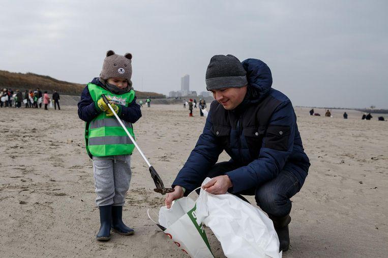 Ook de 'Proper Strand Lopers' hebben zich op Oosteroever gevestigd. Op de foto vrijwilligers tijdens een actie in januari.