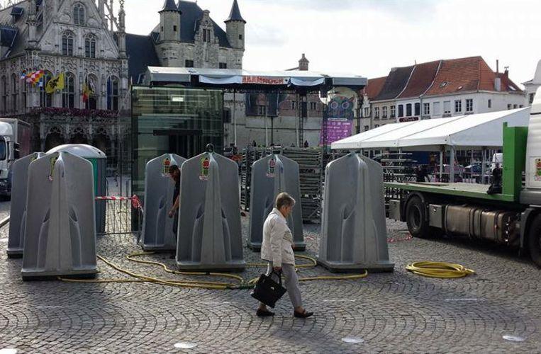 Toiletten maanrock op terras van caf den ijzer neergepoot mechelen regio hln - Ijzer terras ...