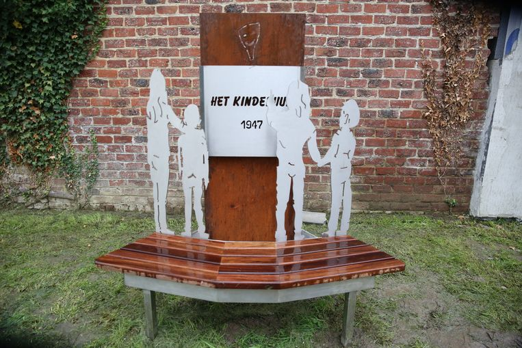 Het standbeeld van Het Kinderuur is ook een zitbankje voor kinderen.