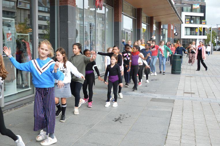 Een veertigtal kinderen van de Academie voor Muziek, Woord en Dans namen deel aan de dansketting aan Ninia.