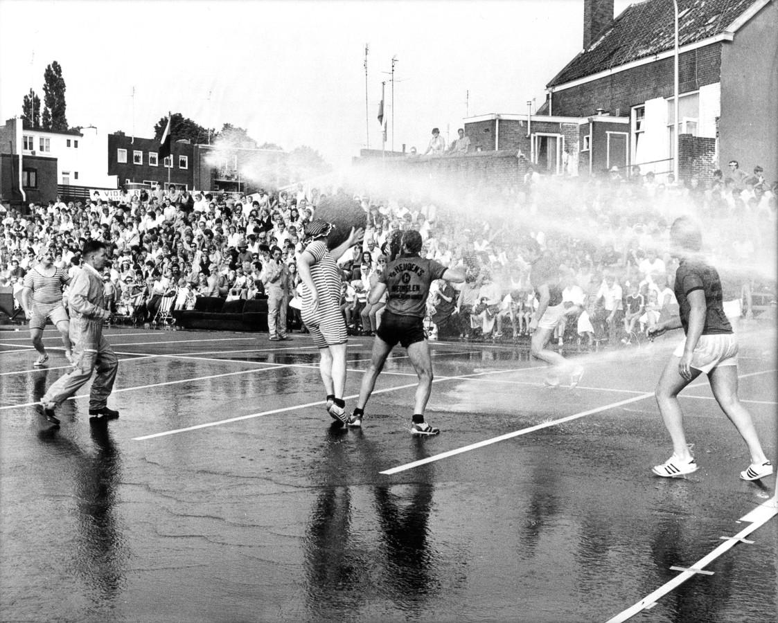 De brandweer faciliteerde tijdens de eerste edities van de Zomerfeesten het hilarische spuitbal.