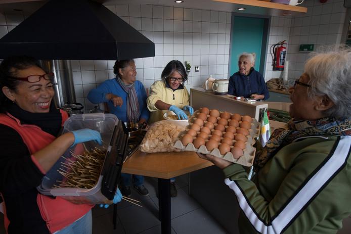Koken in Molukse kerk voor slachtoffers aardbeving Molukken iov Gelderlander foto Raphael Drent