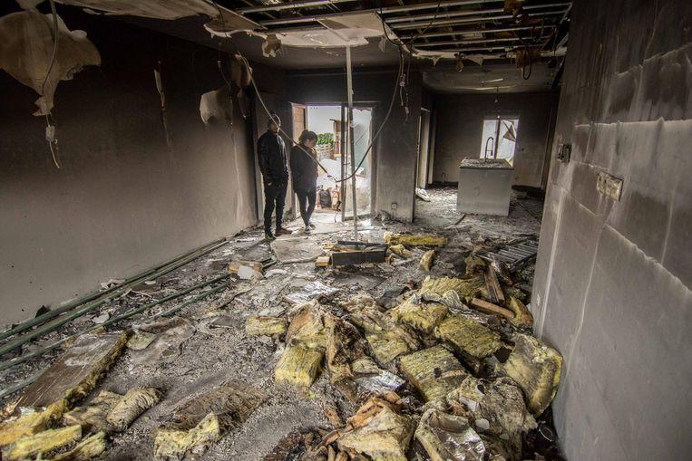 Jessica en Nouris overschouwen de ravage in hun woonruimte.