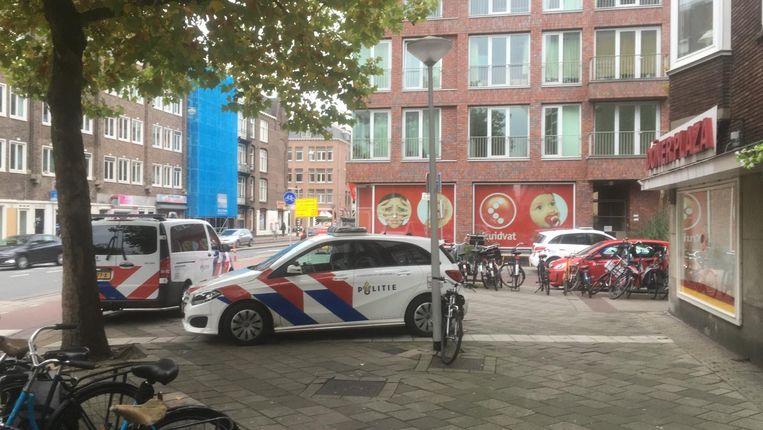 Politie voor het filiaal van Kruidvat op de Jan van Galenstraat. Beeld