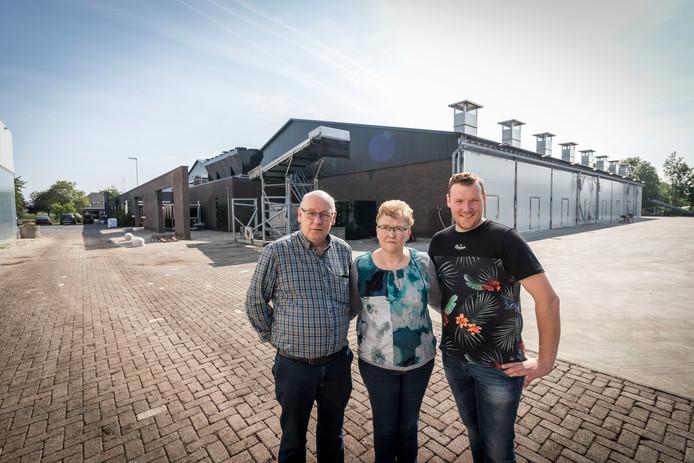 Pieter van den Boomen met vader Hans en moeder Maria bij hun grotendeels herbouwde kwekerij aan de Beeksedijk in Gemert. foto Sem Wijnhoven.