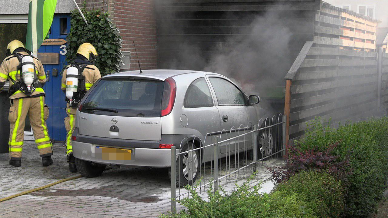 Auto vliegt in brand op oprit in Terborg
