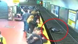 Huiveringwekkende beelden tonen hoe vrouw op sporen aanstormende metro valt