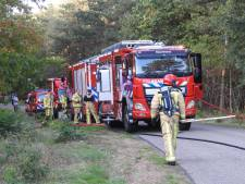 Grote brand onder hoogspanningsmast in Maarheeze, 4.000 vierkante meter berm en bos verbrand
