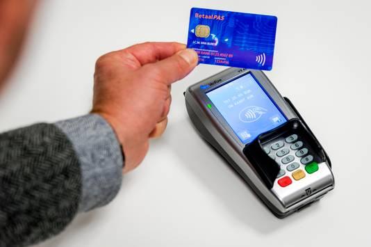 Contactloos betalen met een bankpas.