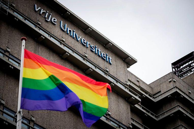 De Vrije Universiteit neemt afstand van de Nashville-verklaring. Als statement is de regenboogvlag gehesen. Beeld anp