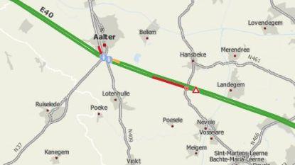 E40 nu volledig versperd: twee vrachtwagens botsen in staart van file na reeks ongevallen richting Brussel