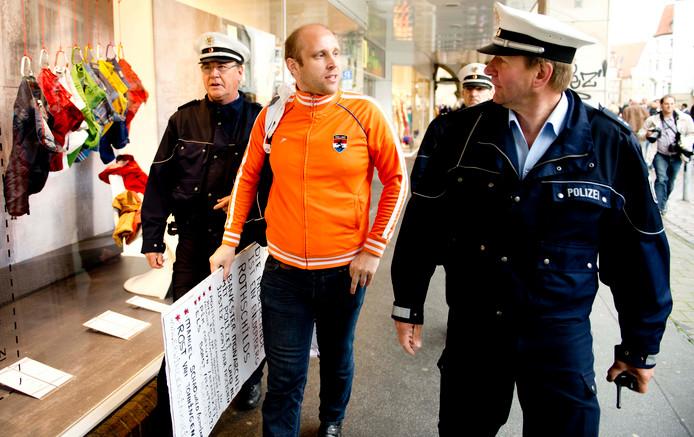 Waxinelichthoudergooier Erwin Lensink tijdens een arrestatie in Duitsland.