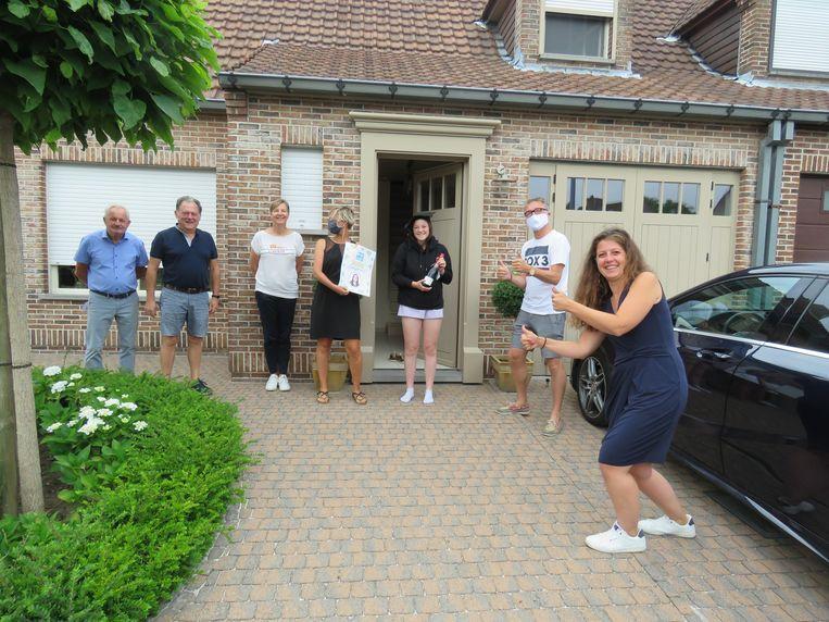 Het team van Bolero feliciteert Jitse Vankeirsbilck met haar afstuderen aan de Broederschool.
