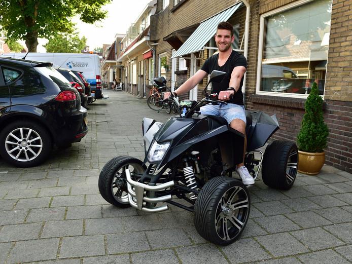 Mike Sluijter op zijn quad. De voetballer bij Montfoort SV'19 op een kans in het eerste elftal na twee jaar in het tweede van Jodan Boys.