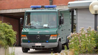 Mensensmokkelaar met zeven vluchtelingen aan boord van bestelwagen blijft in voorhechtenis