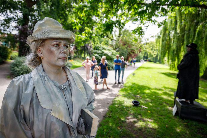 Een van de levende standbeelden zondag was die van juffrouw Hendriks, een vrouw die jaren geleden met een bijbel over straat liep.