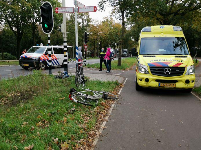 Tijdens het oversteken van de N224 in Ede is dinsdagmorgen een fietser aangereden.