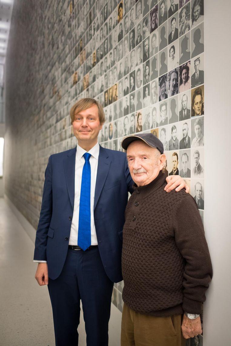 Historicus Jan Maes met de 88-jarige Marcel Horowitz, een man met een fenomenaal geheugen, aan de portrettenmuur. Daar zijn 265 foto's bijgekomen, mede dankzij Horowitz.