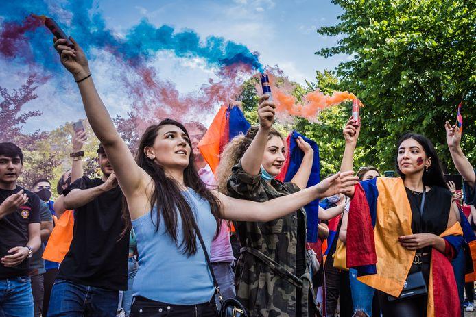 Armeense actievoerders zwaaiden met de rood-blauw-oranje vlag tijdens het protest bij de Azerbeidzjaanse ambassade aan de Andries Bickerweg in Den Haag.