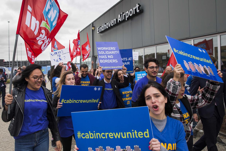 Cabinepersoneel en piloten van Ryanair staakten eind september op de luchthaven in Eindhoven. Vorige week doekte de lowcostmaatschappij haar basis in Eindhoven op. Beeld ANP