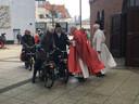 Motoren, buggy's, driewielers en ook solexen worden gezegend door pastoor Vincent Schoenmaker