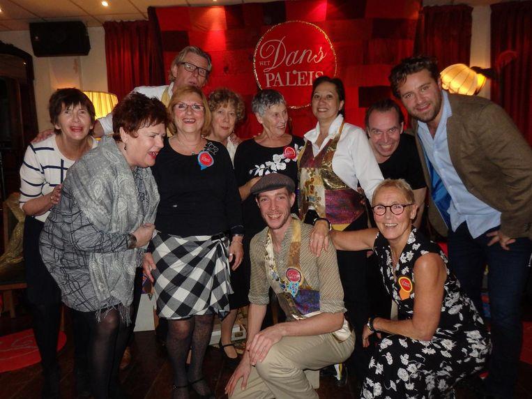Mooi: het team van vrijwilligers dat senioren die aan de kant zitten ten dans vraagt Beeld Schuim