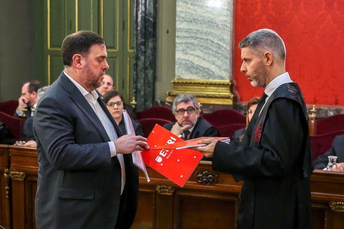 Oriol Junqueras samen met zijn advocaat tijdens het proces.