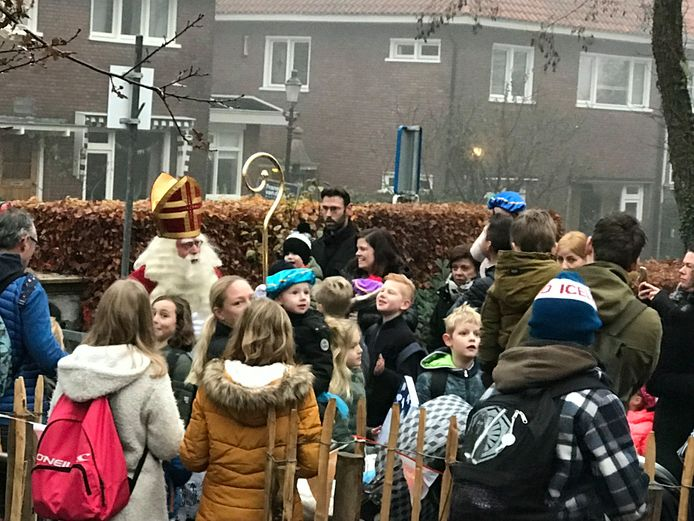 Sint komt aan op basisschool De Arnhorst in Velp, 5 december 2019.