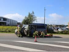 Man zit klem in auto, brandweer schiet te hulp