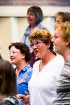 Zingende vrouwen uit Elst zoeken een nieuwe leider voor de goed werkende machine