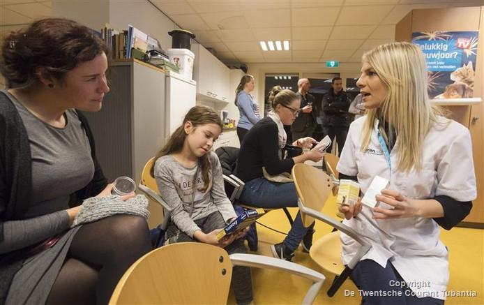 Dierenarts assistent Dorien Otter in gesprek met enkele belangstellenden.