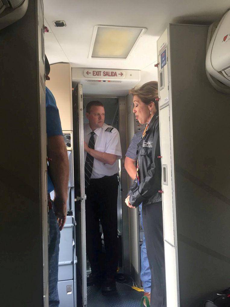 De crew van het vliegtuig met rechts pilote Tammie Jo Shultz.