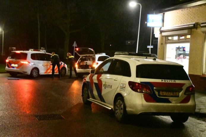 De politie zondagavond bij de cafetaria aan de Poolmansweg