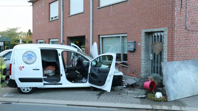 Beklaagde die onder invloed geparkeerd voertuig en gevel ramt krijgt zware geldboete en rijverbod