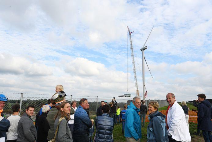 Moderne windmolens bij de Avri in Geldermalsen