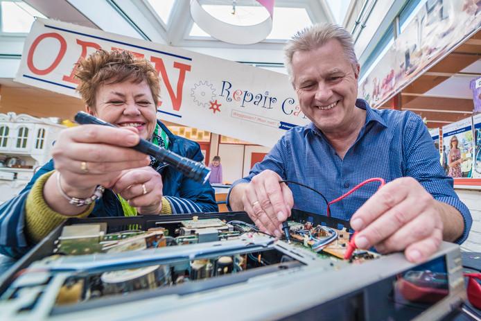 Het Repair café: Arnoud Engelkes gaat de oude videorecorder van Marleen Prins repareren