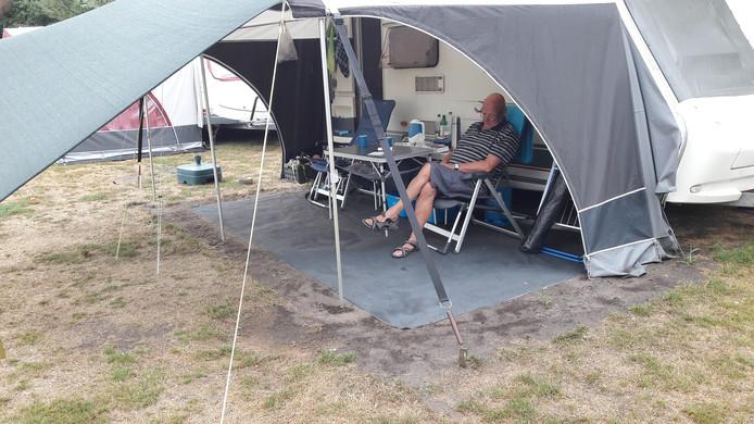 Leo de Jong uit Sleeuwijk maakt zich niet druk, zijn veerkrachtige spanband (zwart, iets  rechts van het midden) zal zich heus wel bewijzen. En die hedendaagse campingmaterialen kunnen heus wel wat hebben.