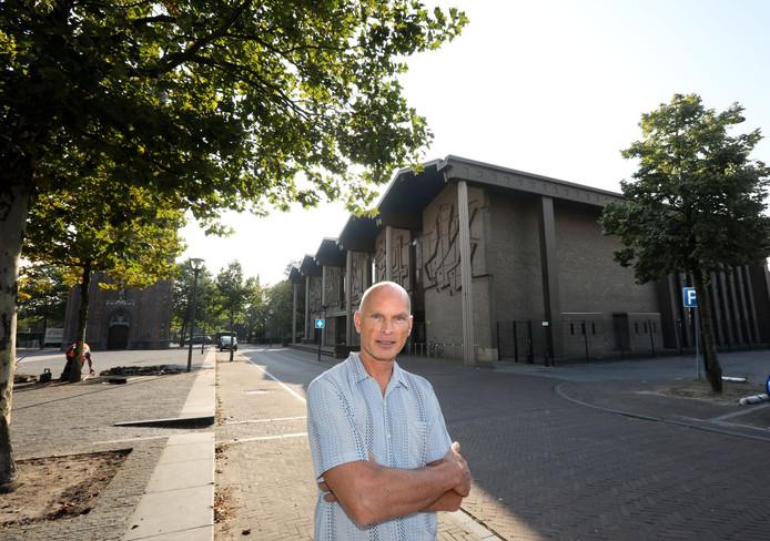 Michiel Emmery op het kerkplein in Son en Breugel