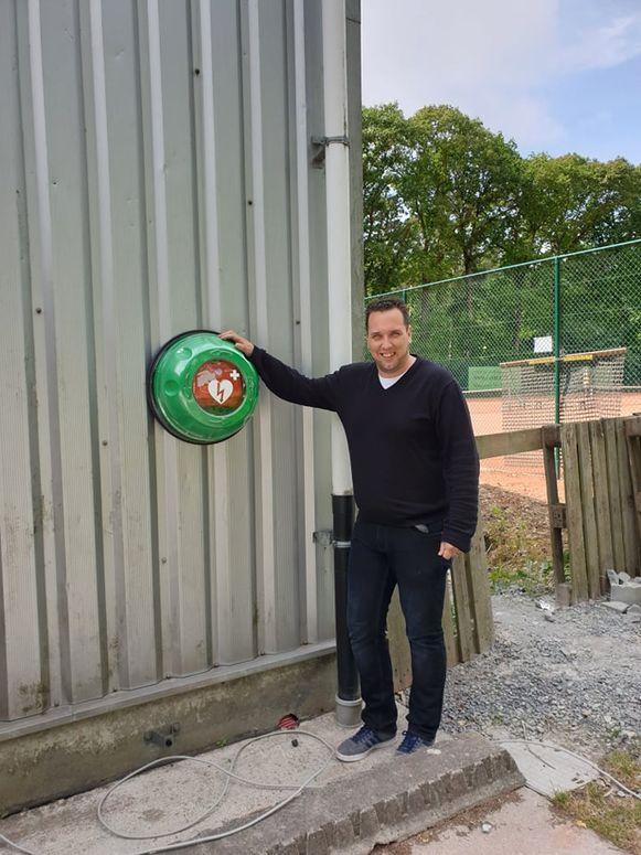 Ivan Mertens van T&T heeft een AED-toestel laten plaatsen.