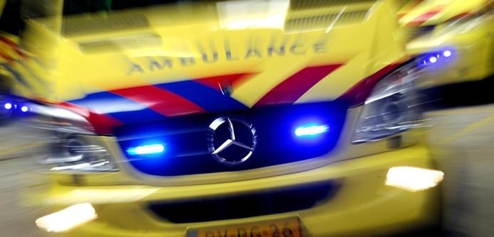 Een ambulance rijdt met hoge snelheid naar een noodgeval.