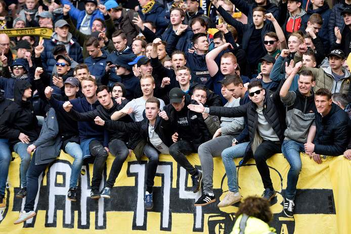 Supporters van Vitesse op de Theo Bos Tribune in GelreDome.