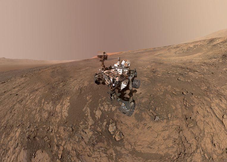 Curiosity maakte vorige week nog dit zelfportret vanop de bergkam waar hij zich momenteel bevindt. Links in beeld is de krater die op de panoramafoto te zien is.