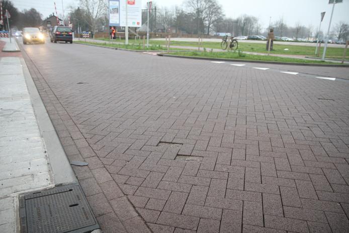 De bovenlaag van de Vlierdensweg in Deurne laat los (archieffoto).