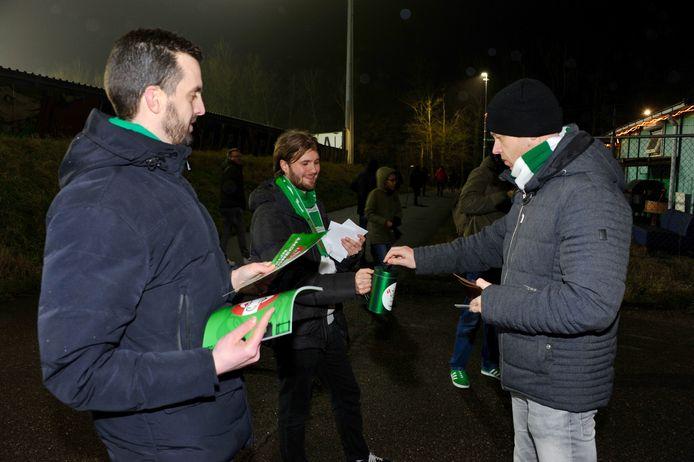 Supporters van FC Dordrecht hebben vrijdagavond voorafgaand aan de wedstrijd tegen FC Eindhoven gecollecteerd bij de ingang van het stadion.