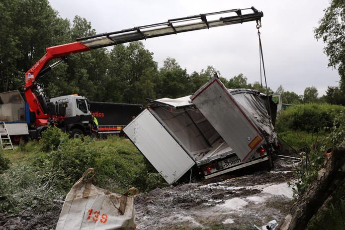 Ongeluk met vrachtwagen op E34 over de grens