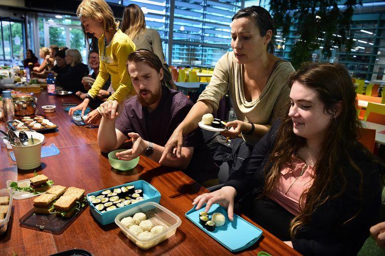Bij de veganistische studentenvereniging (vegan student association Nijmegen) neemt ieder zijn gerecht mee om vervolgens samen te eten. Beeld Marcel van den Bergh