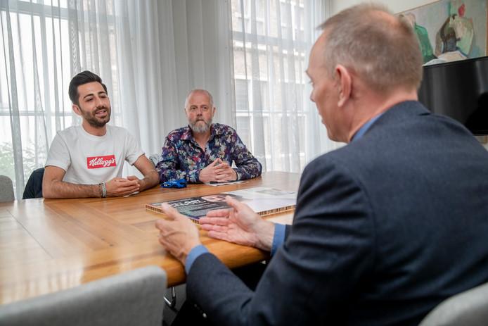 Nurgemeester Ron König probeert Sercan Ozmeral (links) en activist Sandro Kortekaas uit te leggen waarom hij de petitie, die midden op tafel ligt, niet wil ondertekenen.