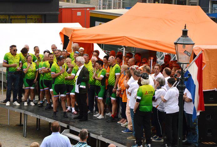 Moerdijkrider Ad Farla daagt burgemeester Jac Klijs volgend jaar mee te fietsen.