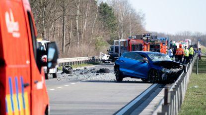 Autobestuurder raakt zwaargewond bij ongeval  met drie voertuigens op R6