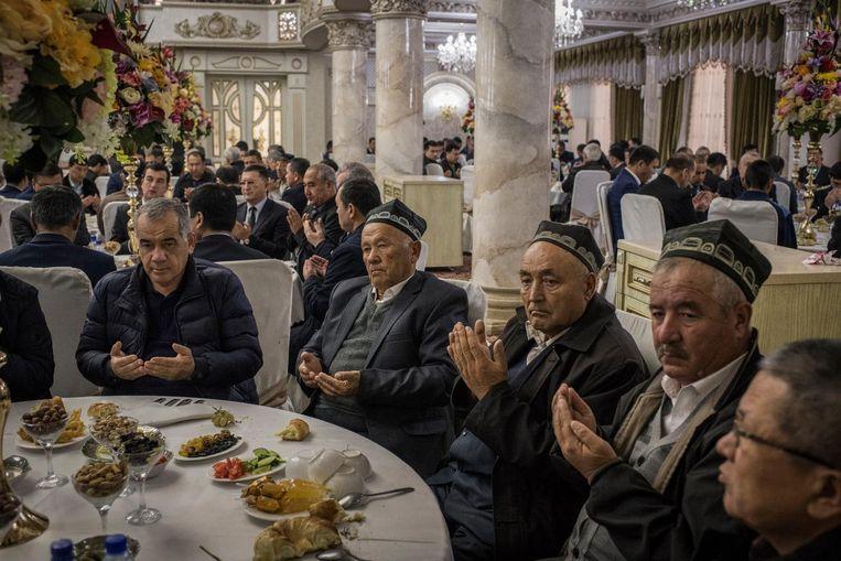 Feest in een van de trouwpaleizen in Tasjkent. Beeld null
